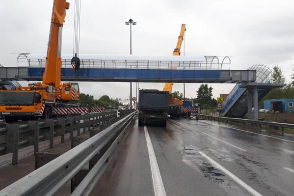 Прошедшей ночью рабочие установили новый пешеходный мост