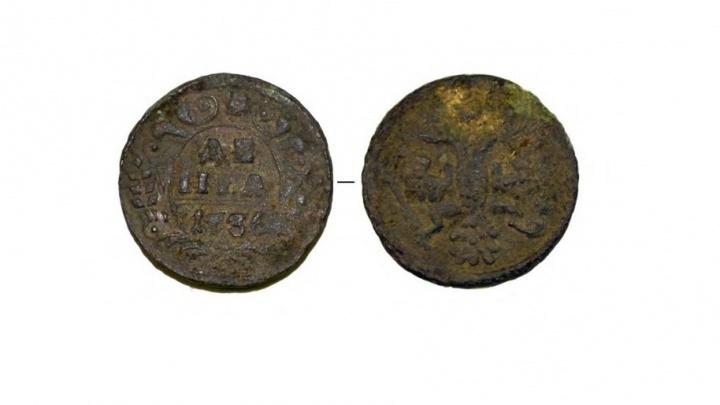 Археологи раскопали возле «Мытного двора» части старинных керамических сосудов и монету 1736 года