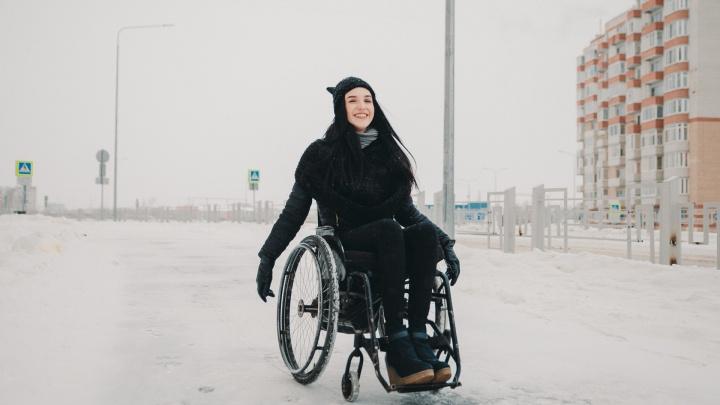 «Мужчины носят меня на руках»: история тюменской красотки в инвалидной коляске