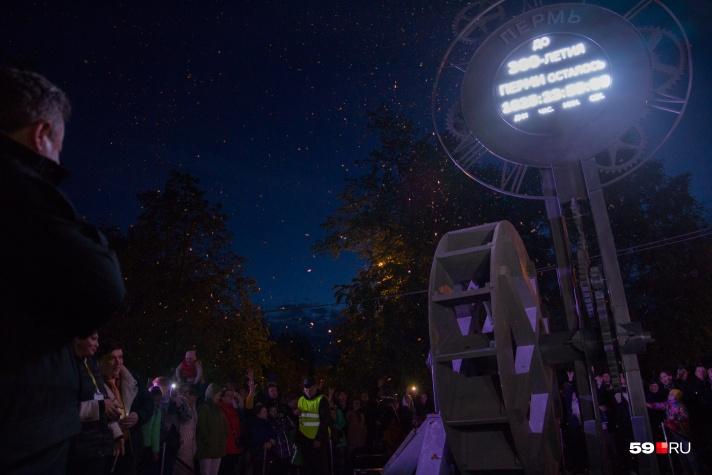 f4549c86 Так выглядели часы в день запуска. Фото: Тимофей Калмаков. Накануне часы  обратного отсчета до юбилея города сломались.