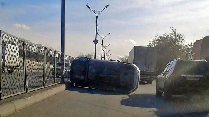 «Лада» легла на бок поперёк Бердского шоссе: собралась пробка
