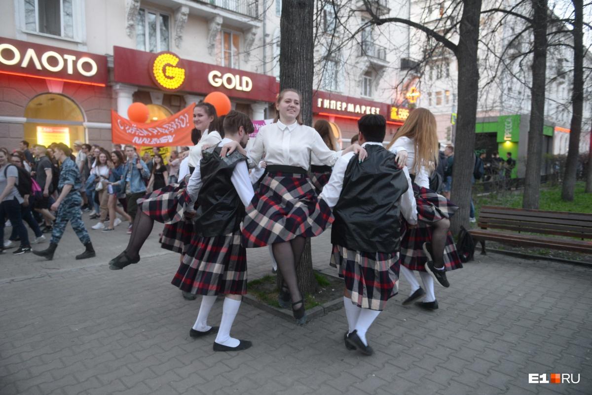 По ходу шествия устраивали танцы