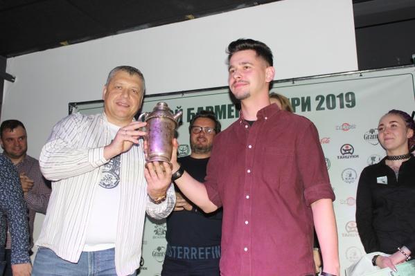 Победитель конкурса «Лучший молодой бармен Сибири» Владислав Орлов (справа) и президент НАБ Максим Щёголев