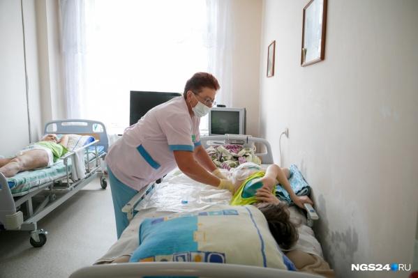 Лежачих пациентов нужно периодически переворачивать, чтобы не образовывались пролежни