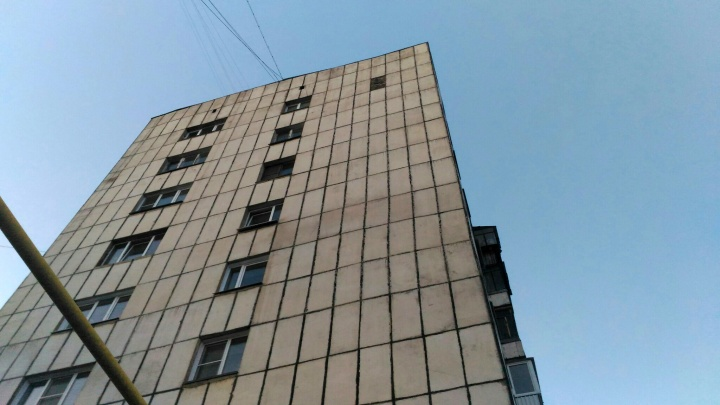 «Это трындец, товарищи!»: с челябинской многоэтажки рухнул кусок облицовки