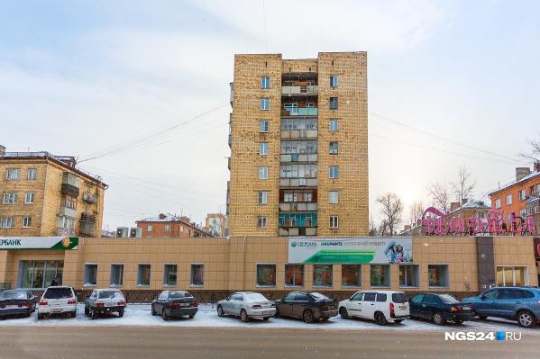 На фото — первый дом с лифтом в Красноярске, он находится на Красноярском рабочем