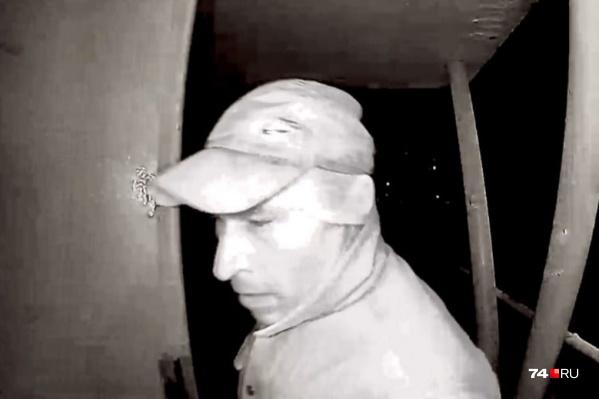 Напавший на женщину попал в объектив видеокамеры домофона