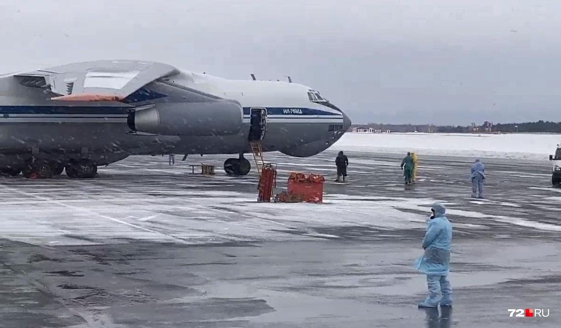 Борт прилетел в Тюмень более часа назад. Пассажиры до сих пор не вышли из самолёта