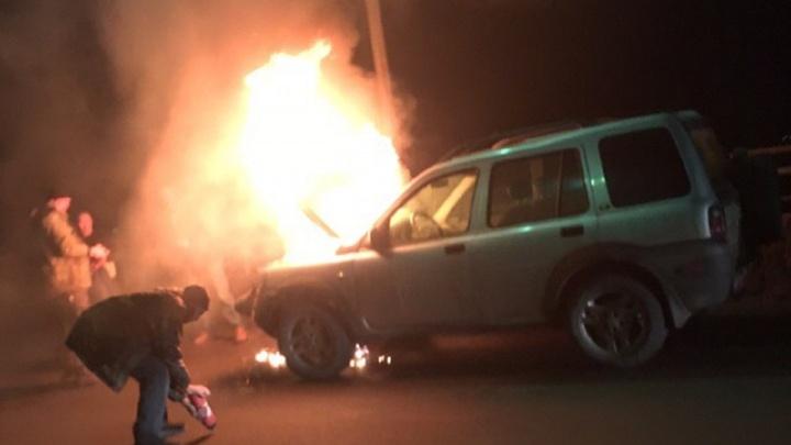 «Вспыхнул, как в фильме»: на мосту через ГЭС загорелся Land Rover волгоградца