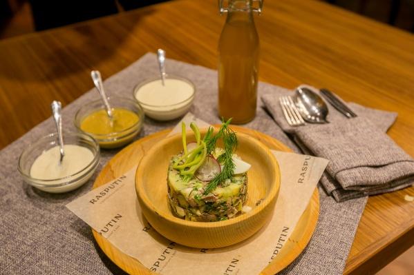Подавать такую окрошку можно салатом, а квас предложить отдельно