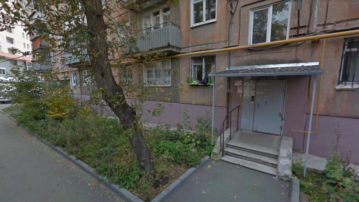 Променад нагишом: жителей дома в центре Челябинска напугал странный сосед