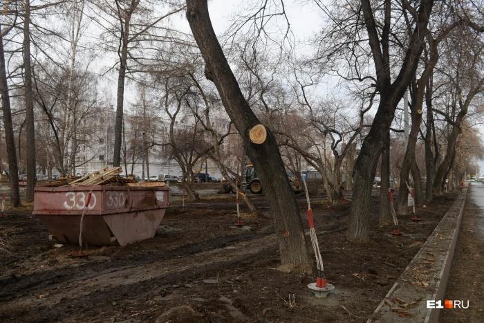 Из-за строительных работ сквер оказался покрыт грязью