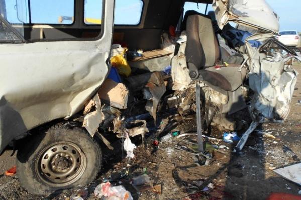 В фургончике ехали трое: 14-летний мальчик и двое мужчин 32 и 46 лет