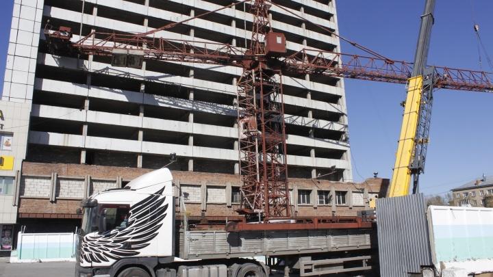 Фото: у 50-летнего недостроя на площади Маркса появился башенный кран