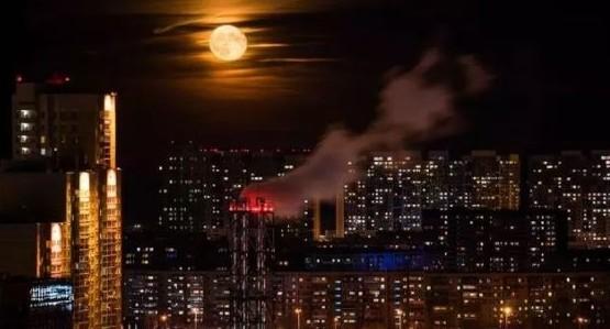 Завораживающая луна над спящим Екатеринбургом стала лучшим фото ноября