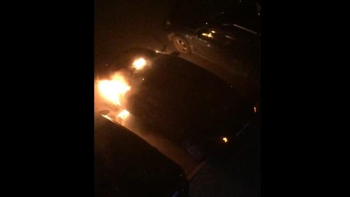 «Сверху скинули что-то горящее»: на ВИЗе вспыхнула припаркованная во дворе машина