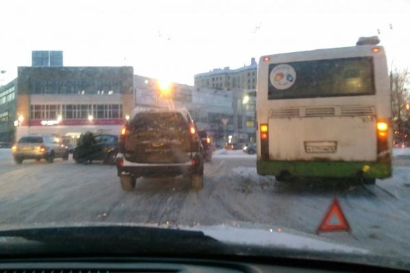 На площади Мира произошло ДТП с автобусом
