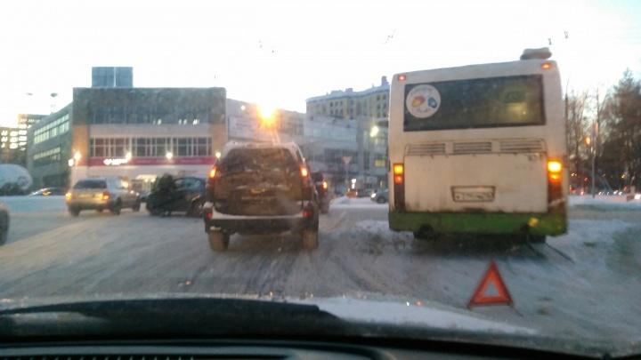 «Это из-за затмения»: Ярославль встал в пробки из-за массовых ДТП