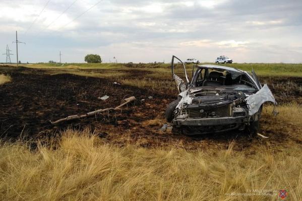 Иномарка обладминистрации несколько раз перевернулась и загорелась