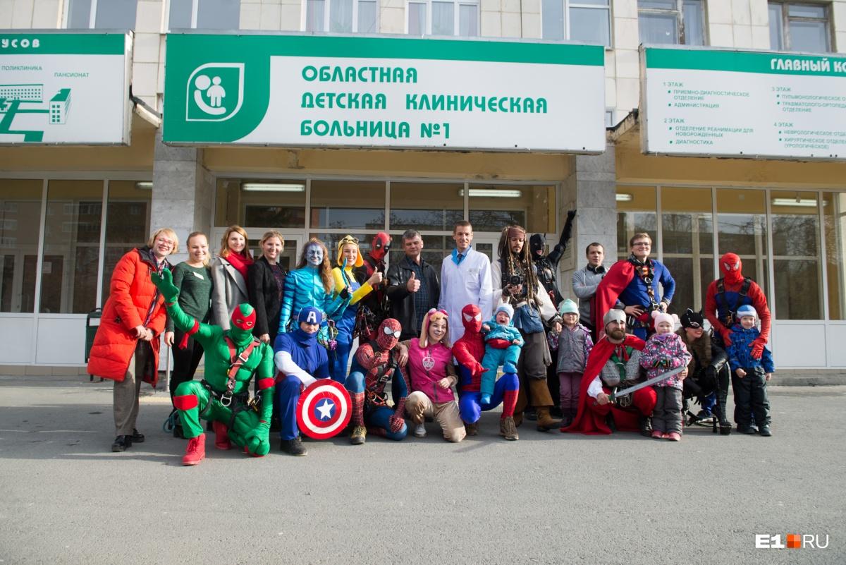 Общее фото на память с главным врачом Олегом Аверьяновым. Он сказал, что рад таким гостям