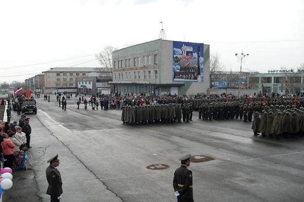 Военнослужащие Ужура при параде