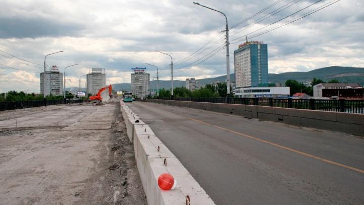 Асфальт с Коммунального моста экстренно решили снимать до самого основания