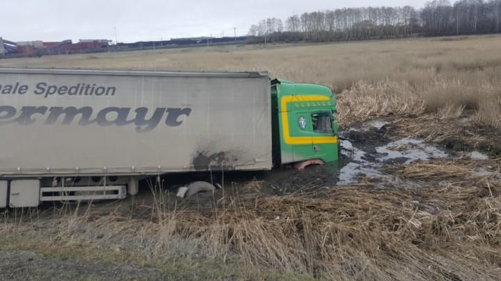 Фура с лопнувшим колесом улетела в кювет на трассе под Новосибирском