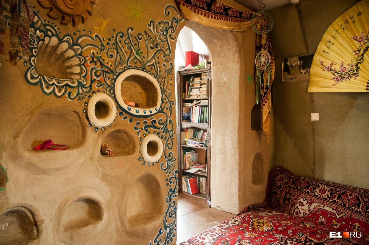 Практически вся несущая стена разрисована и усыпана полочками