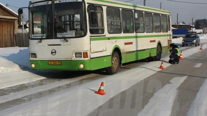 В Богучанах автобус переехал идущего по обочине 7-летнего мальчика