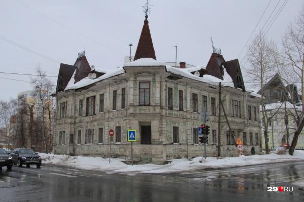 Несколько десятков лет назад дом Калинина собирались перенести, чтобы расширить проспект Ломоносова