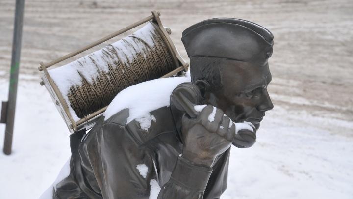К памятнику связисту в Екатеринбурге приделали катушку, которую нет смысла красть