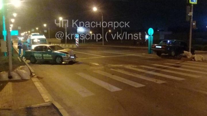 Пассажирка такси пострадала из-за тарана начинающего водителя на Калинина