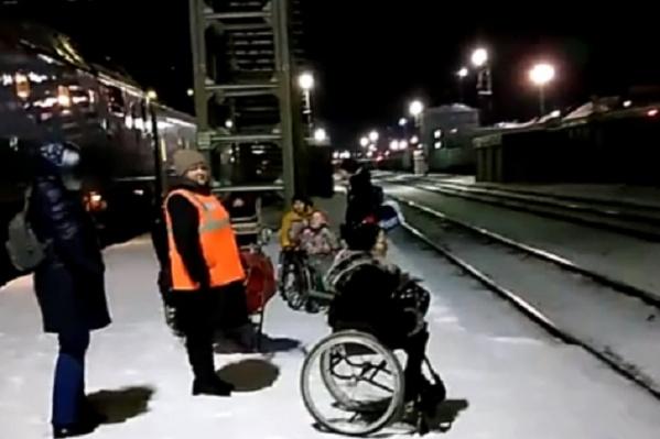 Через рельсы инвалидов-колясочников переносили волонтеры