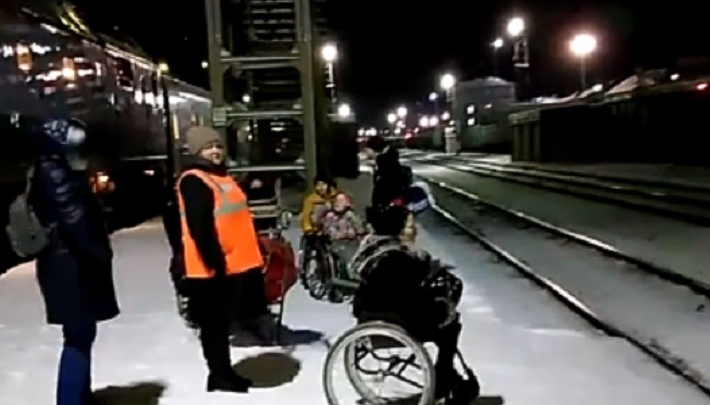 РЖД извинились перед инвалидами-колясочниками, которым пришлось перебираться через пути на Перми II