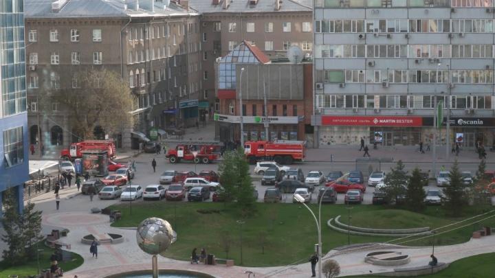 Четыре пожарные машины подъехали к бару в центре Новосибирска: эвакуированы десятки человек