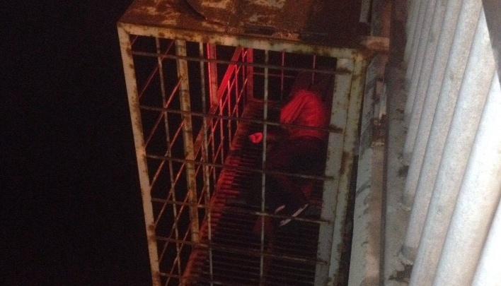 В клетке на Октябрьском мосту в Ярославле нашли спящего мужчину