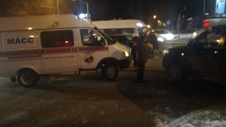 Скорая увезла двух раненых новосибирцев в аварии на «Телецентре»