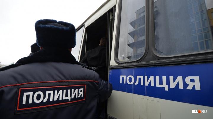Женщину, угнавшую полицейскую машину от здания свердловского ГУ МВД, признали сумасшедшей