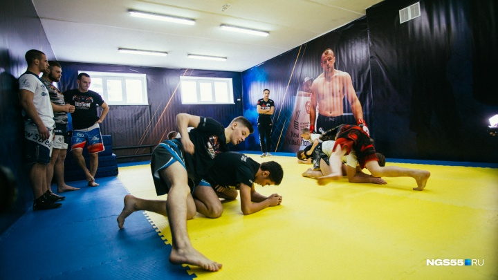 На левом берегу Омска открыли новую школу единоборств Шлеменко с соляной комнатой и фитнес-залом