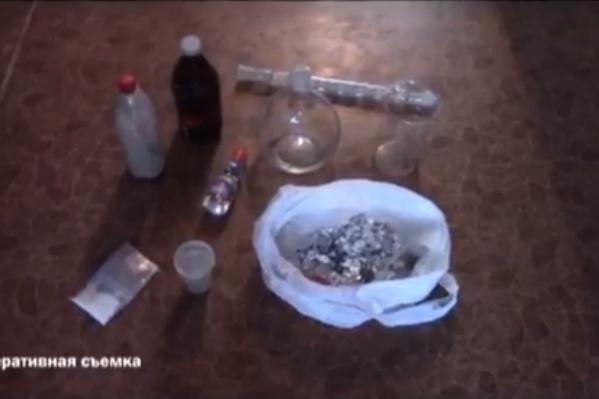 В квартире помимо оборудования также был обнаружен сверток с 120 г готового наркотика