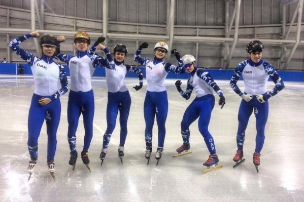 Екатерина Ефременкова (третья слева) уже успела поделиться снимками российских шорт-трекистов в нейтральной форме