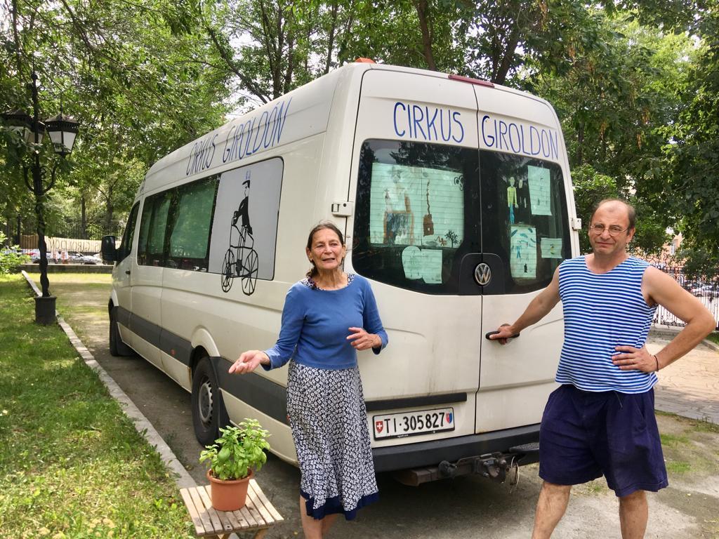 А передвигаются артисты вот на таком автобусе