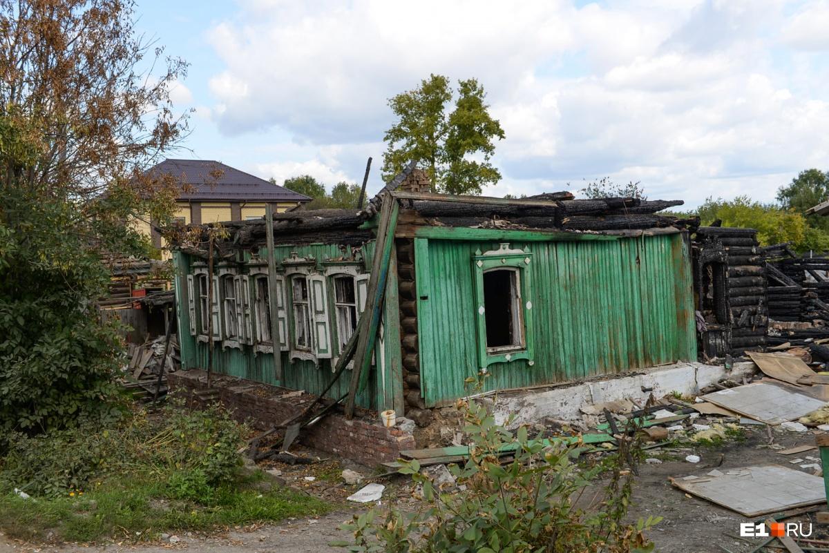Некоторые строения повреждены огнем