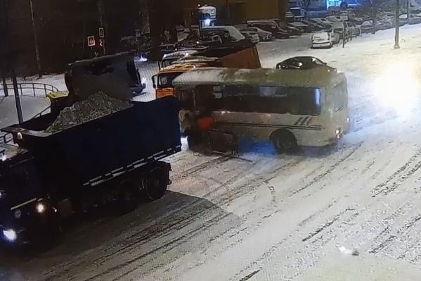 Автобус занесло прямо на рабочих, которые убирали снег