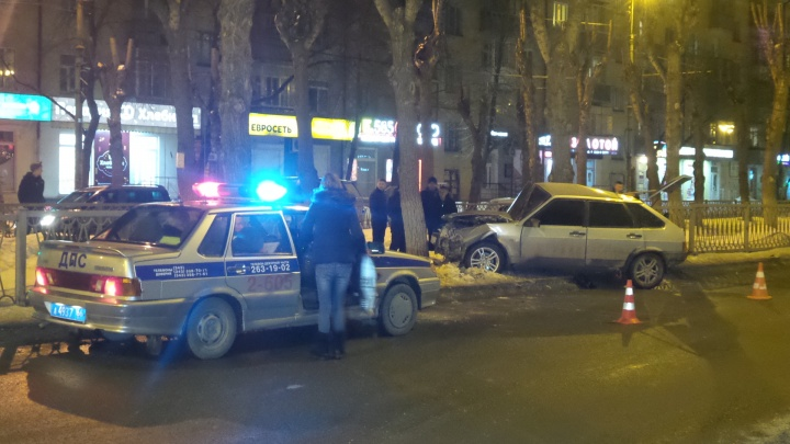 «Пассажира придавило дверью»: на Химмаше ВАЗ влетел в забор, двоих пострадавших увезли на скорой