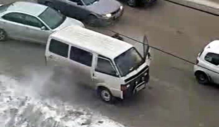 Видео: неравнодушные очевидцы потушили дымящийся микроавтобус на дороге в центре Новосибирска
