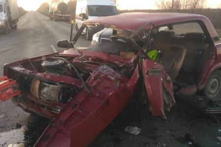 Пострадавшего из искореженной машины доставали спасатели