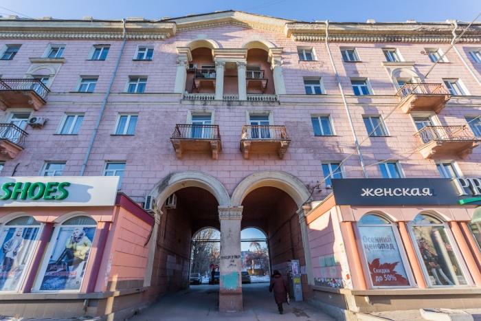 Пятиэтажный дом построили на проспекте Дзержинского в 1950-х годах