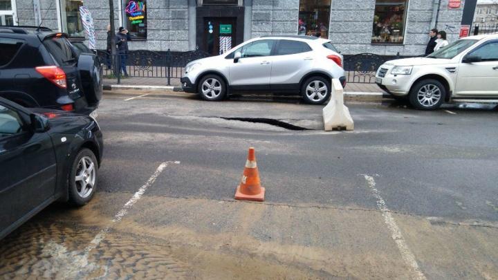 «Скоро здесь всё провалится»: в центре Ярославля разгребают последствия опасного потопа