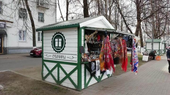 «Люди начинают топтать газоны»: в Ярославле власти одобрили установку торговых палаток на тротуарах